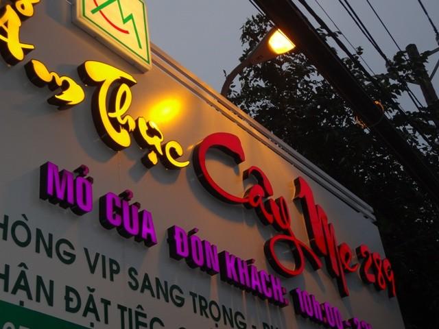 Bảng kính Quảng Cáo gắn chữ nổi mica tại Đà Nẵng LH : 0901994088 Anh Huy